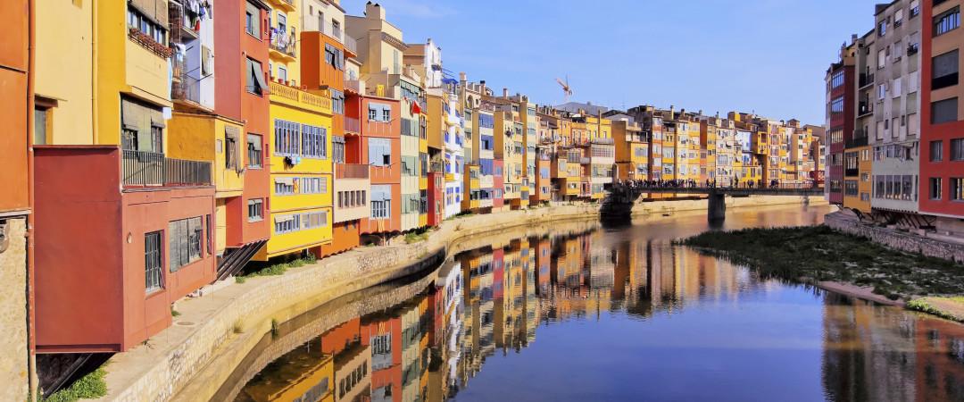El río Onyar va todo el camino por Girona incluyendo pasando el hostal y atracciones tales como la Catedral y la iglesia de Sant Feliu
