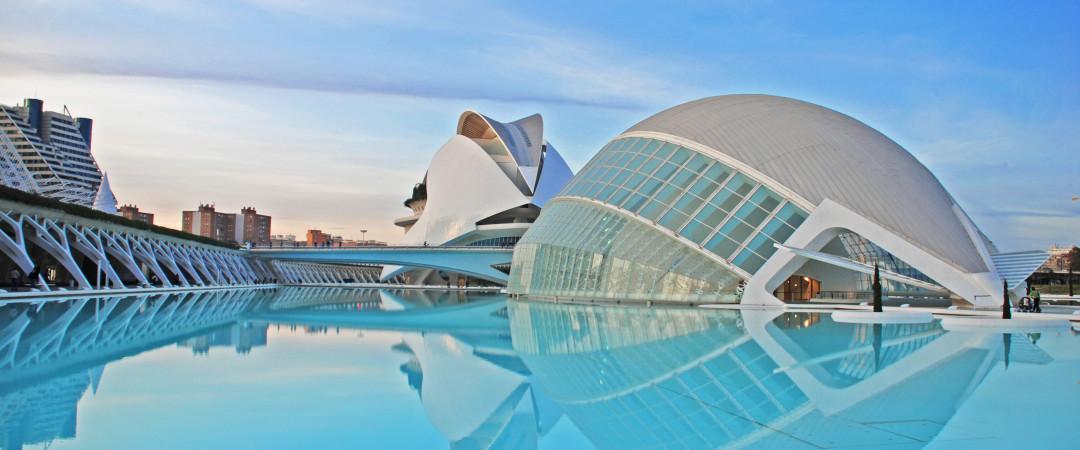 Tome un viaje a la ciudad de las Artes y las Ciencias, la atracción más popular en Valencia, para un cine, museo interactivo, galería y más!