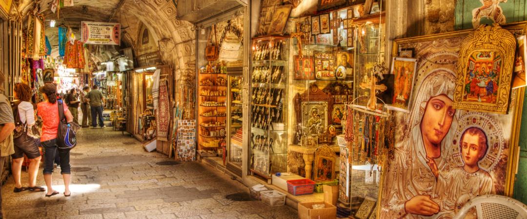 Jerusalén es un centro espiritual y destino de peregrinación para muchos. también ofrece tiendas y mercados coloridas y diversas.