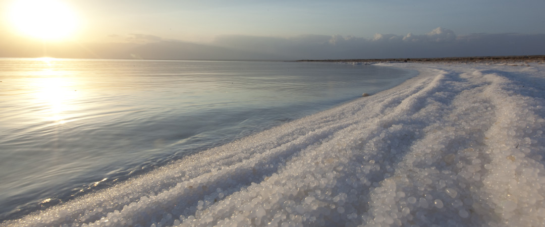 Flotar en el Mar Muerto, uno de los saltiest cuerpos de agua en la tierra.