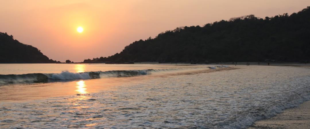 escuche el océano respirar como usted lounge en dado el sol hermosa arena en Goa.