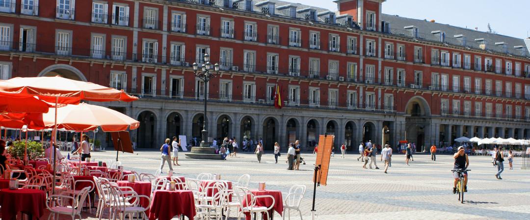 visitar la grandiosa Plaza de calle porticada Plaza Mayor. Aquí es perfecta para ir de compras, comer y observar a la gente.