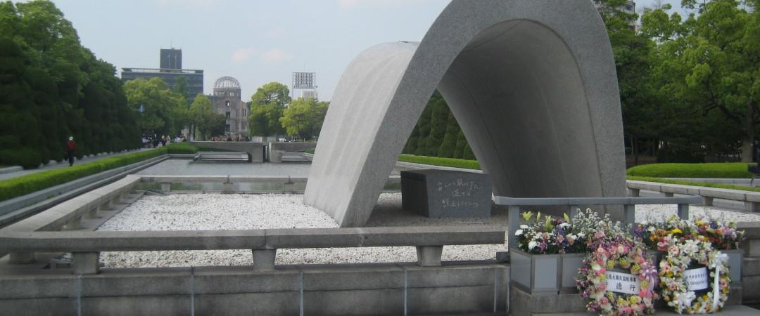 dedicado a las víctimas de la bomba atómica en 1945 el Parque Memorial de la paz y el museo están avanzando monumentos a los horrores de las armas nucleares.