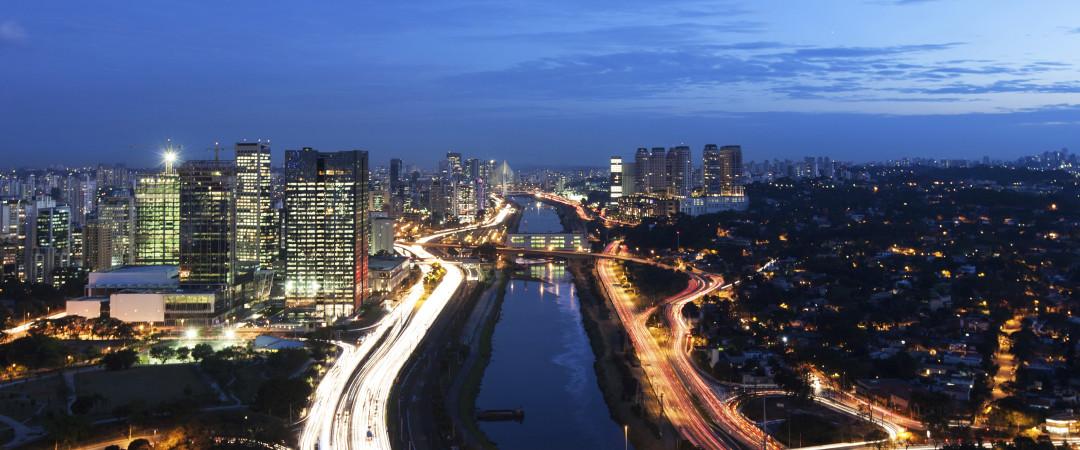 rascacielos y tiendas y un montón de cultura para elegir. la escena de arte de São Paulo es rica y variada.