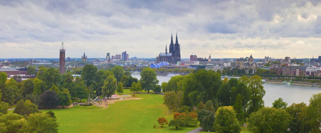 Tome un paseo en barco por el río Rin y llegar a ver la magnífica Catedral de Colonia desde una perspectiva diferente.