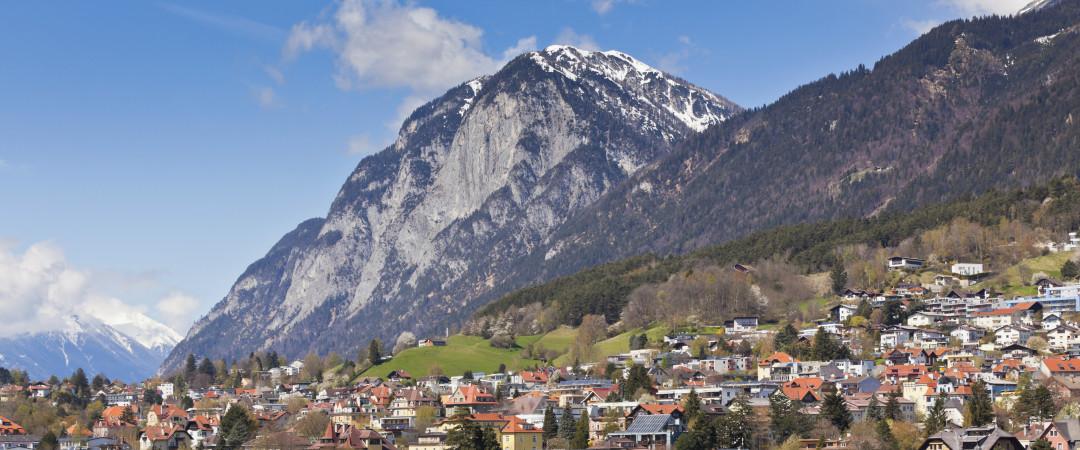 con impresionantes vistas que lo embelesarán, estancia en el pie de magníficas montañas y disfrutar del fresco, Alpine aire.