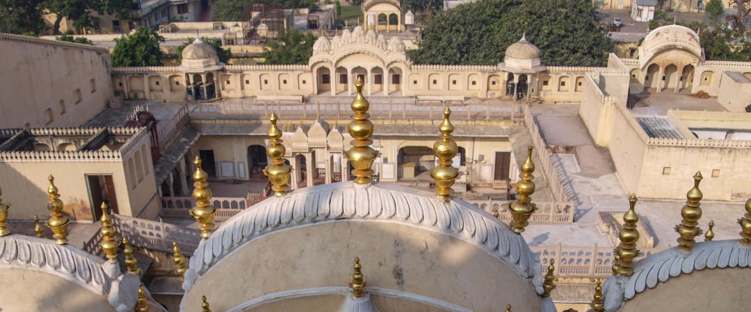 El Hawa Mahal es un magnífico palacio construido de piedra arenisca roja y rosa - representa la corona de Dios hindú, Krishna.