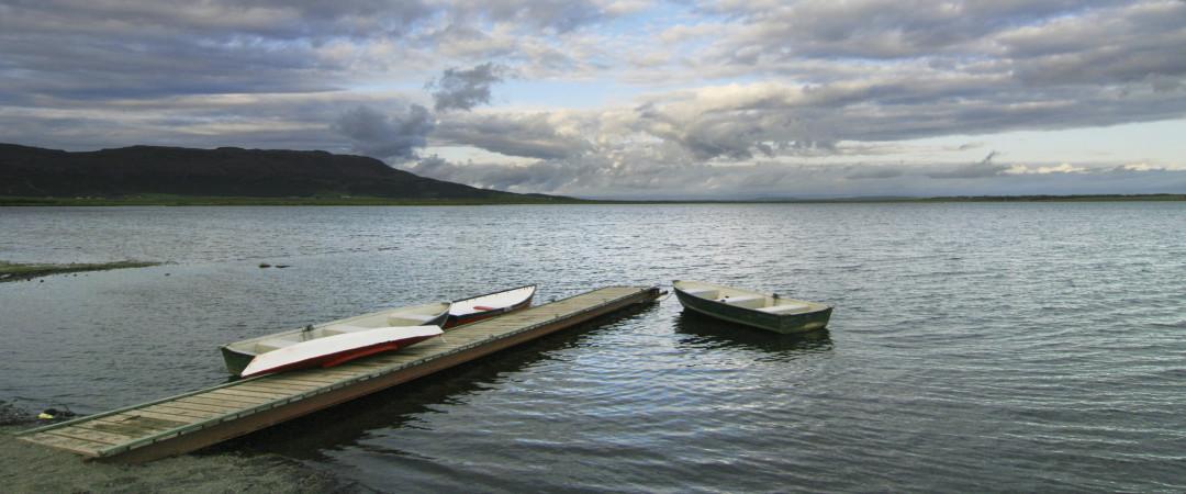 puede alquilar un barco y hacer un viaje a lo largo de las tranquilas aguas del lago Laugarvatn mientras disfruta del hermoso paisaje.