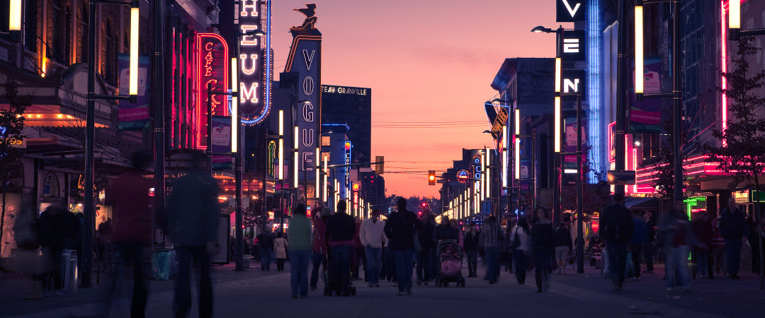 Bars, clubs and restaurants line the streets of the entertainement district where you can party on until after midnight.