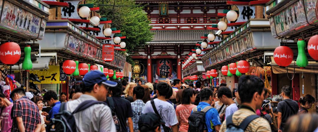 ver el centro de Tokio, ciudad baja por ti mismo, en Asakusa, el más auténtico y tradicional japonesa distrito.