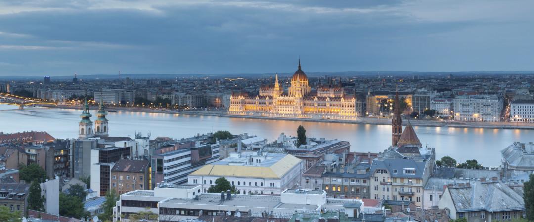 por la noche, Castillo de Buda se convierte en un brillante Beacon en la impresionante horizonte de Budapest.