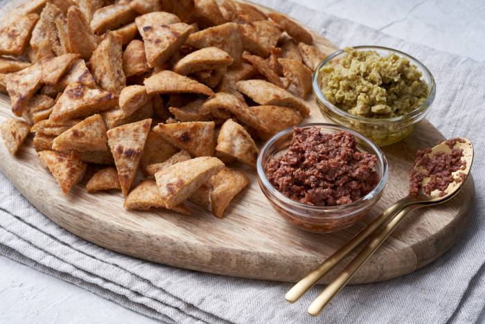 Pitta bread crisps with olive tapenade