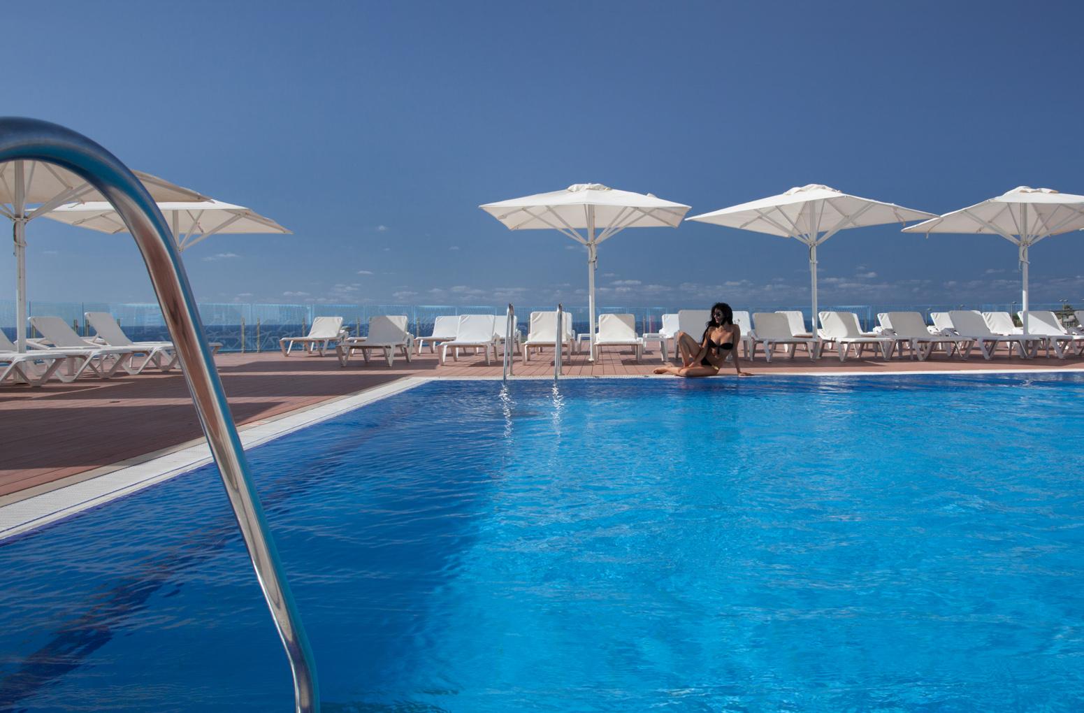 בקומה הכניסה ממתינה לכם חוויית שחייה ושיזוף בלתי נשכחת. תוכלו לגמוע את נופי קו הרקיע של הים התיכון, בעודכם טובלים בבריכת האינסוף ומשתזפים על הדק.