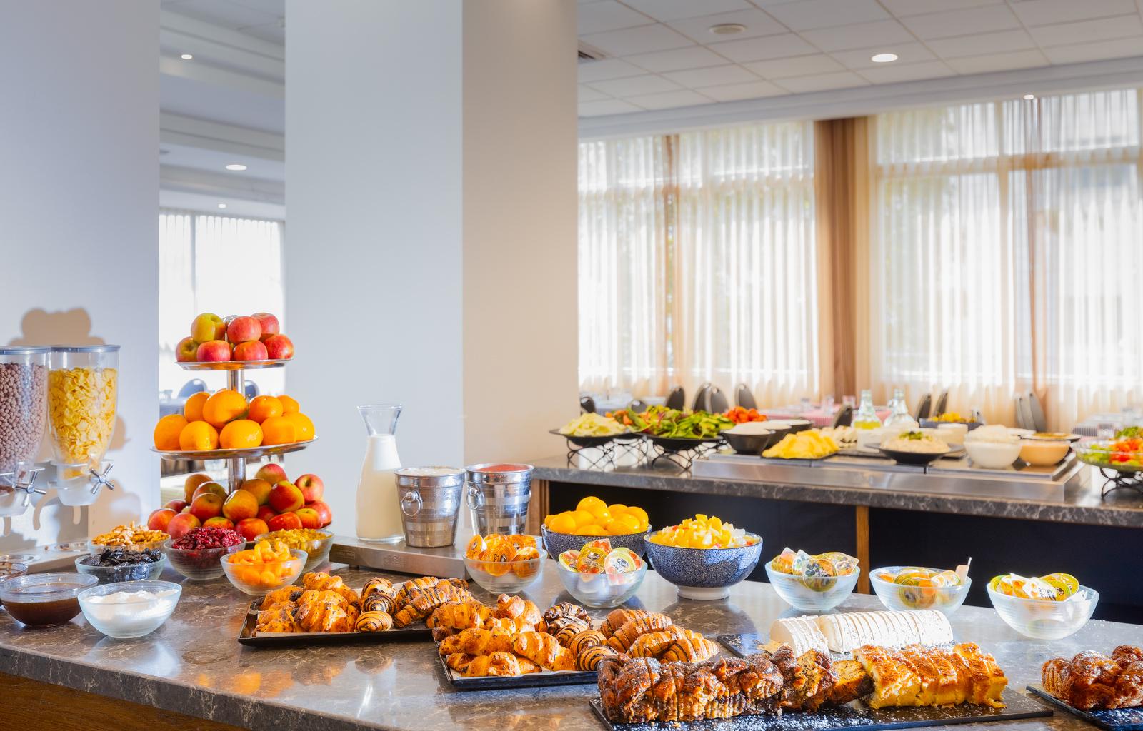 בכל בוקר אנחנו מגישים בחדר האוכל המרשים שלנו מזנון עשיר המתאים לטעם הישראלי. במזנון תמצאו סלטים שונים, מגשי גבינות, ביצים, לחמים טריים, מיצים וע