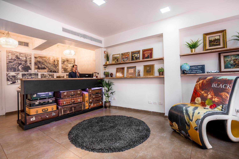 במרכז העיר חיפה שוכן בניין באוהאוס וותיק, שבתוכו חדרים נעימים, שמזמינים אתכם להרגיש בבית בעיר חיפה.