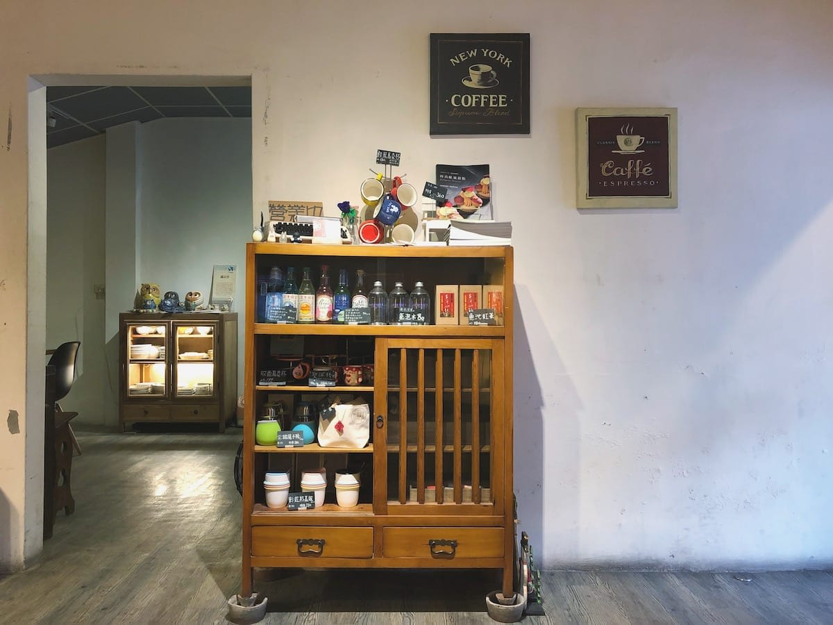 在店裡可以看到舊式的櫥櫃、收音機或是裁縫車