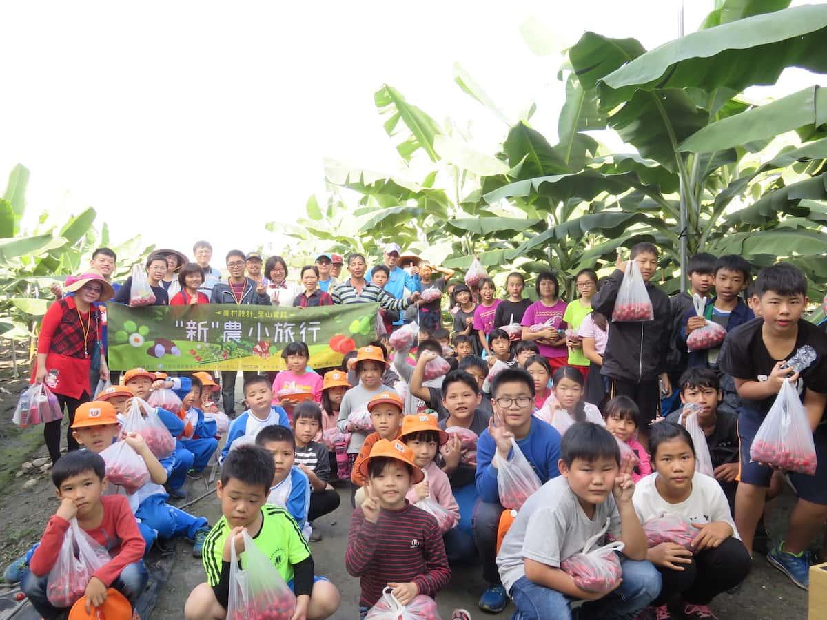 第一天團隊帶著60位學童們到阮紅豔的番茄田體驗採收番茄的工作