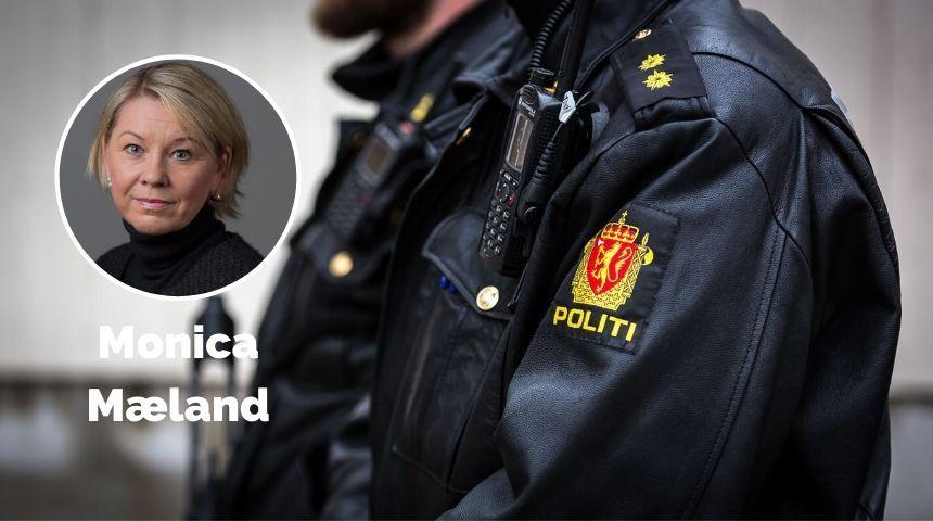 Monica Mæland foran uniformerte politifolk.