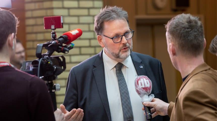 Parlamentarisk nestleder i Høyre, Svein Harberg, blir intervjuet i Stortingets vandrerhall.