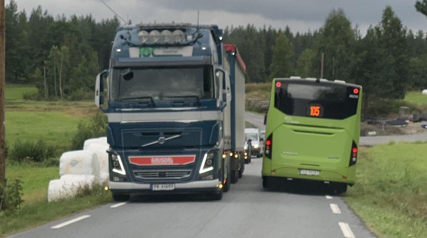 Store kjøretøy som møtes på Eidalsveien.