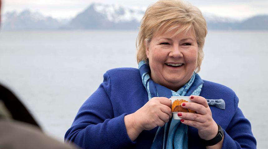 """BLID: Erna Solberg under et hyggelig besøk hos kulturhuset """"Trevarefabrikken"""" i Henningsvær i Lofoten tidligere i år. Foto: Cecilie V. Jensen"""