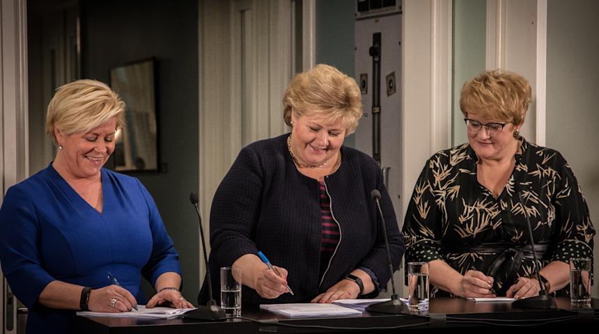 Siv Jensen, Erna Solberg og Trine Skei Grande på Jeløy Radio i forbindelse med fremleggelse av ny regjeringsplattform søndag 14. januar. Foto: Cecilie Victoria Jensen.