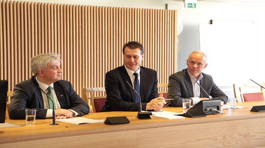 Nytt inntekstssystem for kommunene presenteres av Jan Tore Sanner (H), Helge Andre Njåstad (Frp) og André N. Skjelstad (V) Foto: Hans Kristian Thorbjørnsen