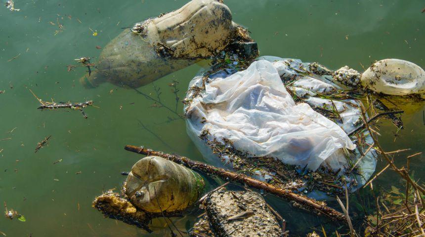 Hvert år havner 8 millioner tonn plast i havet. Foto: Getty Images