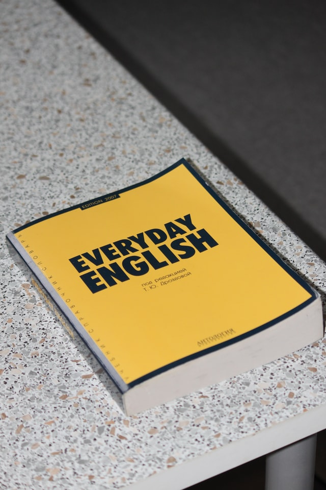 livro com a frase everyday english