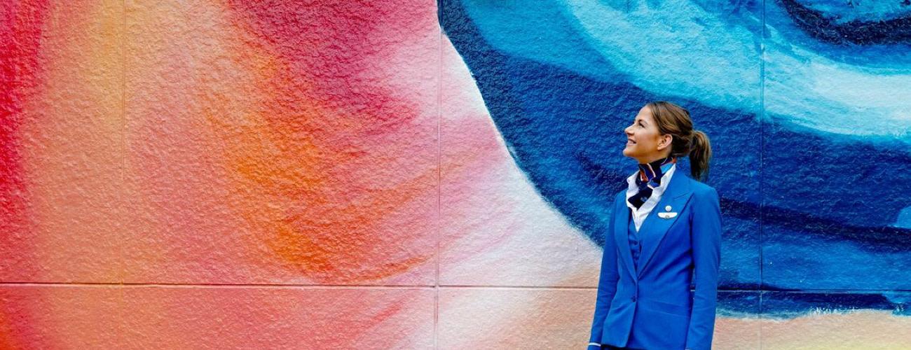Vrouw kijkt naar muurschildering