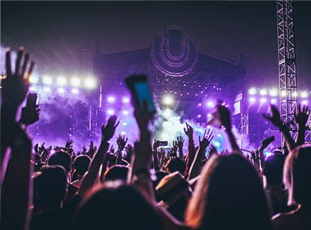 Feestende menigte bij een podium