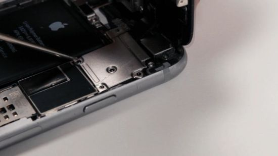 Apple iPhone 6 Frontkamera Reparaturanleitung Schritt 12: Metallabdeckung platzieren