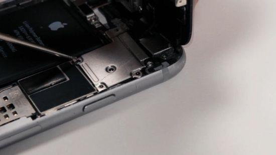 Apple iPhone 6 Hörmuschel Reparaturanleitung Schritt 10: Anbringung der Metallabdeckung