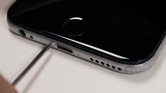 Apple iPhone 6 Hörmuschel Reparaturanleitung Schritt 11: Pentalobe Schrauben eindrehen