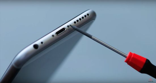 Apple iPhone 6s Akku Reparaturanleitung: Entfernen der Pentalob Schrauben