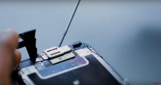 Apple iPhone 6s Display Reparaturanleitung Schritt 7: Lösen der Hörmuschelabdeckung