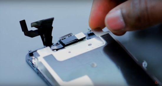 Apple iPhone 6s Display Reparaturanleitung Schritt 8: Rückplatte und bestimme Funktionen entnehmen