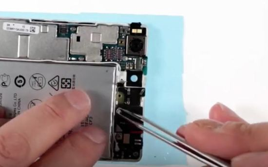 Huawei P8 Akku Reparaturanleitung Schritt 14: Die Kopfhörerbuchse wird zugeschraubt