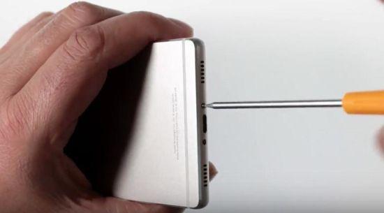 Huawei P8 Display Reparaturanleitung: Entfernung der Gehäuseschrauben