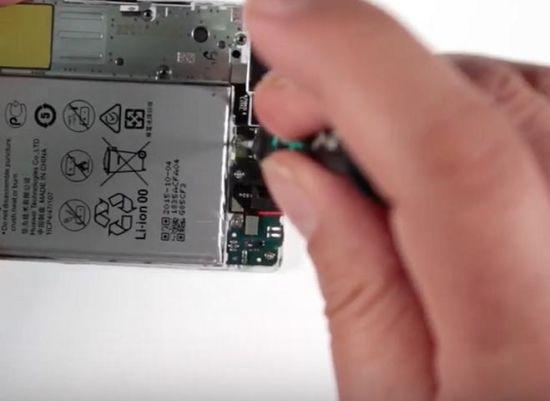 Huawei P8 Display Reparaturanleitung Schritt 10: Entfernung der Kopfhörerbuchse, Mikrofonplatine, Mikrofonhalterung und Hörmuschel