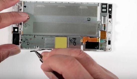 Huawei P8 Display Reparaturanleitung Schritt 13: Den Power- und Volumeschalter herausnehmen