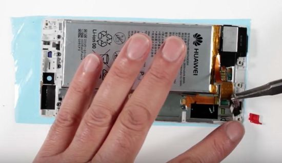 Huawei P8 Display Reparaturanleitung Schritt 16: Wiedereinsetzen der Vibration