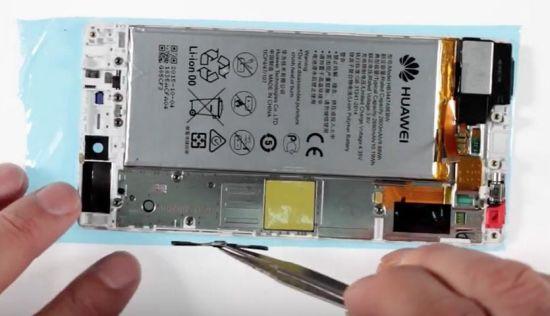 Huawei P8 Display Reparaturanleitung Schritt 17: Wiedereinsetzen des Power- und Volumeschalter
