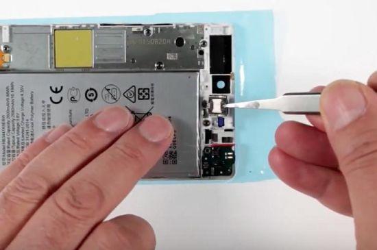 Huawei P8 Display Reparaturanleitung Schritt 18: Wiedereinsetzung die Mikrofonhalterung, Mikrofonplatine, Hörmuschel und die Kopfhörerbuchse