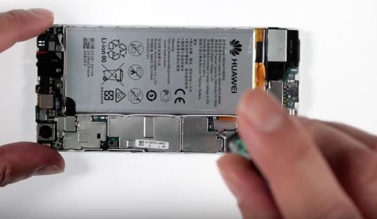 Huawei P8 Display Reparaturanleitung Schritt 2: Entfernung der Flexabdeckung für die Displayverbindung