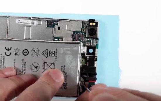 Huawei P8 Display Reparaturanleitung Schritt 20: Verbindung der gsm-Antenne