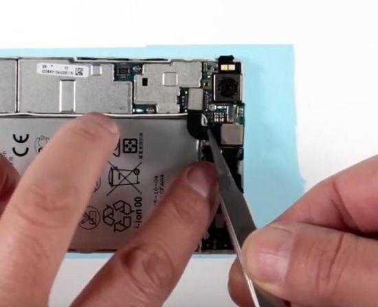 Huawei P8 Display Reparaturanleitung Schritt 21: Die Frontkamera wird wieder eingesetzt