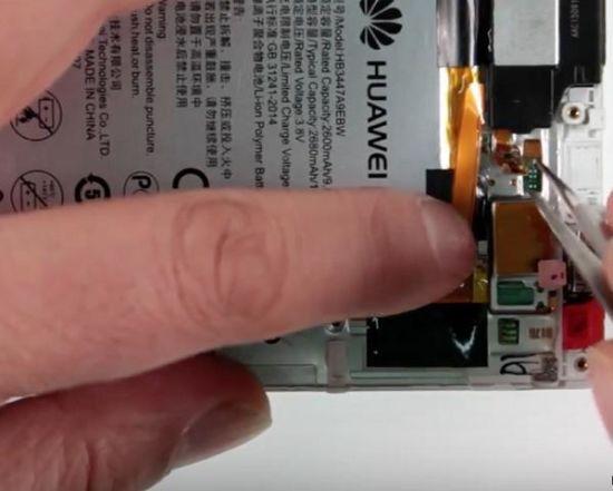 Huawei P8 Display Reparaturanleitung Schritt 8: Entfernung des Lautsprechers
