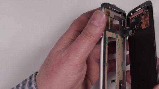 Samsung Galaxy S7 Display Reparaturanleitung Schritt 12: Display mit Rahmen verbinden
