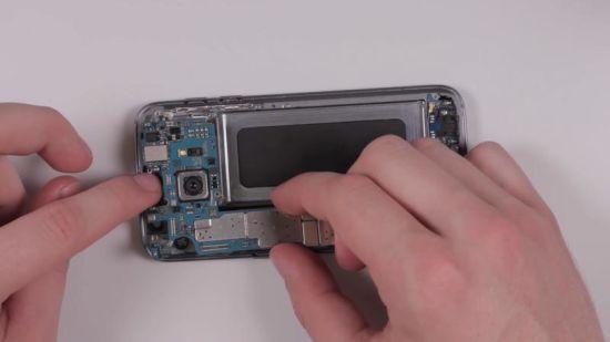 Samsung Galaxy S7 Display Reparaturanleitung Schritt 13: Motherboard einsetzen